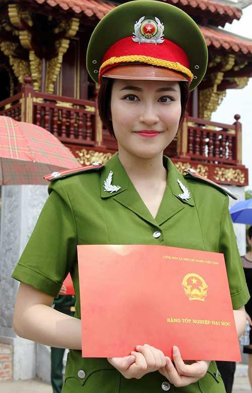 Nữ cảnh   sátNguyễn Phương Linh, sinh năm 1992, cựu học viên lớp B4D36,   chuyên ngành Nghiệp vụ Cảnh sát Phòng chống Tội phạm Kinh tế, Học viện   Cảnh sát Nhân dân. Với thành tích học tập xuất sắc, cô bạn này đã trở   thành thủ khoa đầu ra năm 2015 của trường.