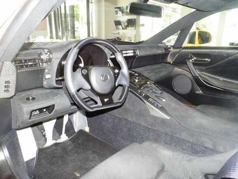Thay vì da như các phiên bản   bình thường, LFA Nurburgring Edition sở hữu nội thất bọc bằng vải   Alcantara để giảm trọng lượng. Tuy nhiên, chiếc xe vẫn được giữ lại đầy   đủ các tiện nghi trên phiên bản thường.
