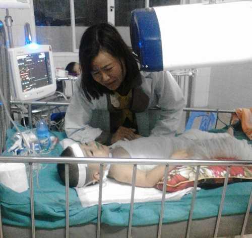 Chị Nguyễn Thị Huệ khóc thương con bị tai nạn bỏng đang nằm điều trị bên giường bệnh