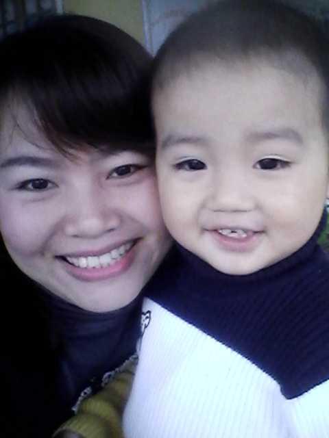 Hai mẹ con chị Huệ và cháu Khang cười tươi trước thời điểm cháu bị tai nạn bỏng