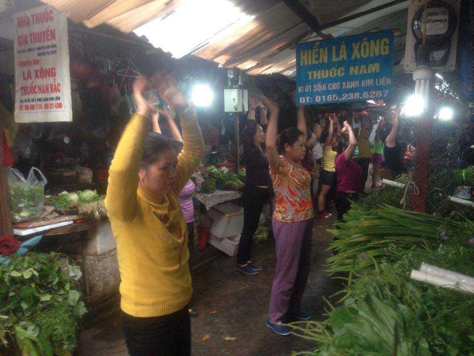 Hình ảnh các tiểu thương tập aerobic trong chợ