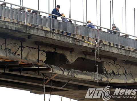 Sau khi tháo dỡ di dời tàu Thành Luân 28 ra khỏi vị trí đâm va, lộ rõ khoảng 4-6m bê tông dầm cầu bị đâm thủng - Ảnh MK