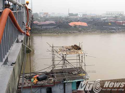 Đơn vị thi công đã dựng giàn giáo trên một tàu thủy để tiến hành tháo dỡ từng phần dầm bị đâm va hư hỏng