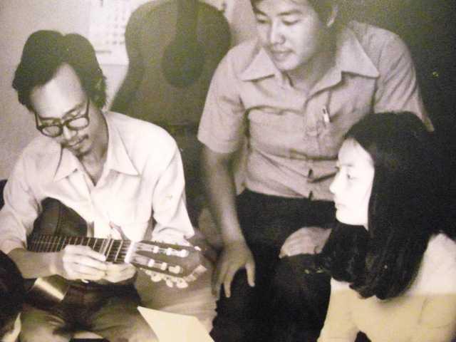 Bức ảnh kỷ niệm của cố nhạc sỹ Thanh Tùng bên cố nhạc sỹ Trịnh Công Sơn