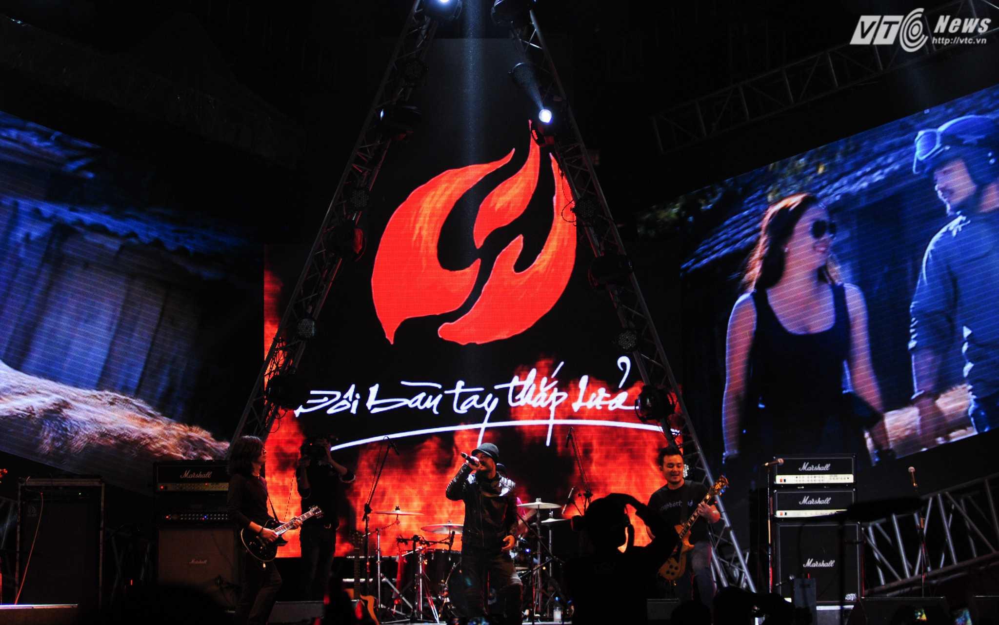 Đêm 16/1, 'Đôi bàn tay thắp lửa' là show ca nhạc lớn cuối cùng mà Trần Lập tham gia - Ảnh: Tùng Đinh