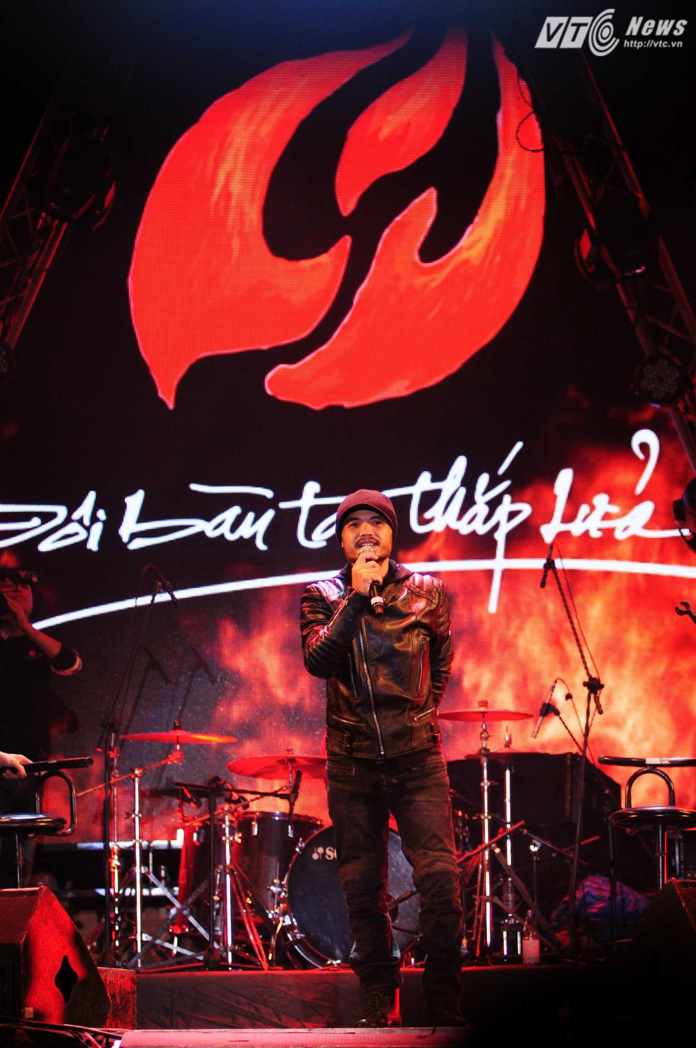 Xuất hiện trên sân khấu, Trần Lập tiếp thêm ngọn lửa cho các khán giả phía dưới - Ảnh: Tùng Đinh