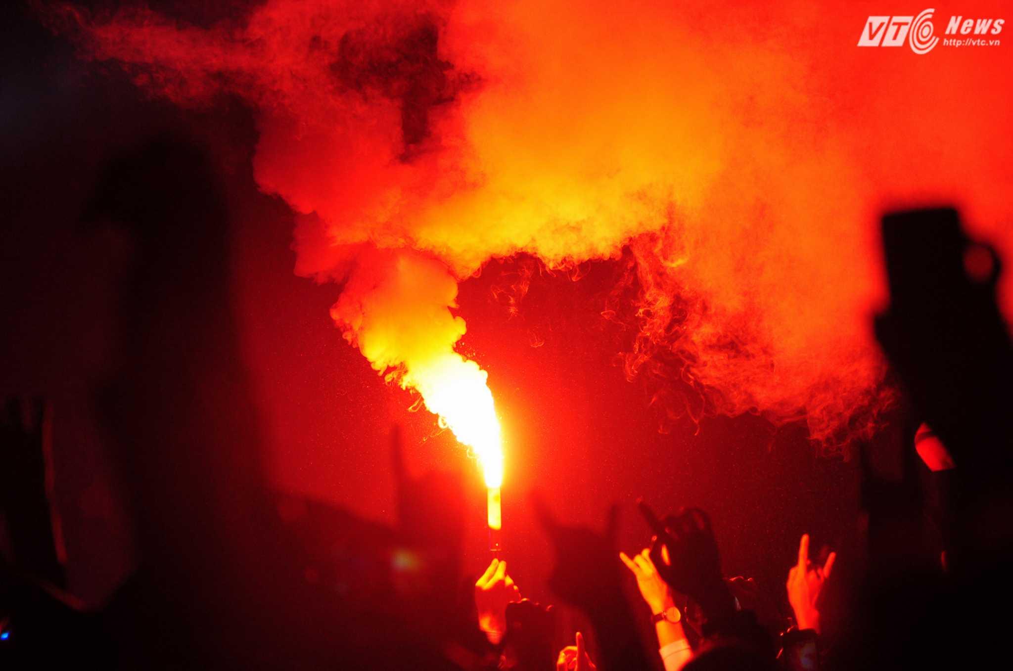 Sự cuồng nhiệt không bao giờ thiếu trong những live show của Bức Tường - Ảnh: Tùng Đinh
