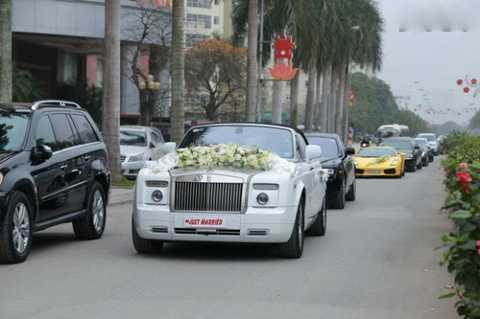 Dàn siêu xe khủng nằm chờ tại nhà trai để chuẩn bị rước dâu.