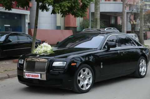Đoàn xe rước dâu quy tụ những chiếc xe   đắt tiền như Rolls-Royce Phantom, Range Rover ,Porsche, Audi,   Mercedes-Benz, BMW, Lamborghini Murcielago..