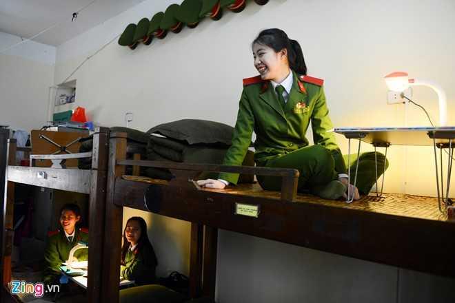 Nhớ lại những ngày đầu mới vào trường, cô gái miền Trung phải làm quen   sống xa gia đình, chịu đựng cái rét buốt mùa đông của miền Bắc, rèn   luyện những bài tập khó như võ thuật và điều lệnh.