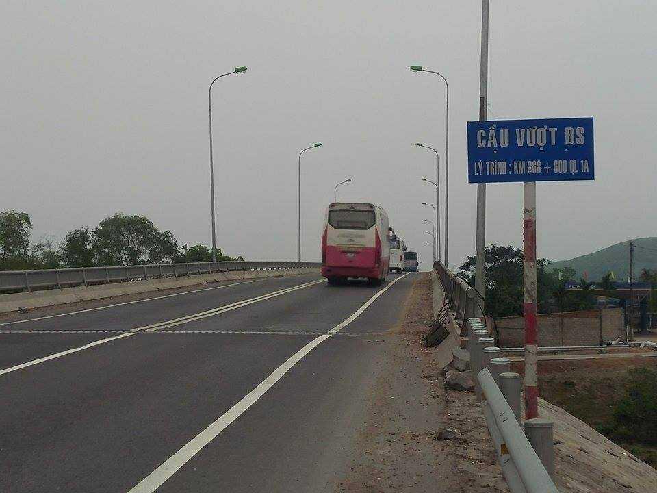 Người dân phản ánh cây cầu vượt đường sắt đoạn qua thị trấn Phú Lộc, tỉnh Thừa Thiên - Huế xuất hiện nhiều vết nứt
