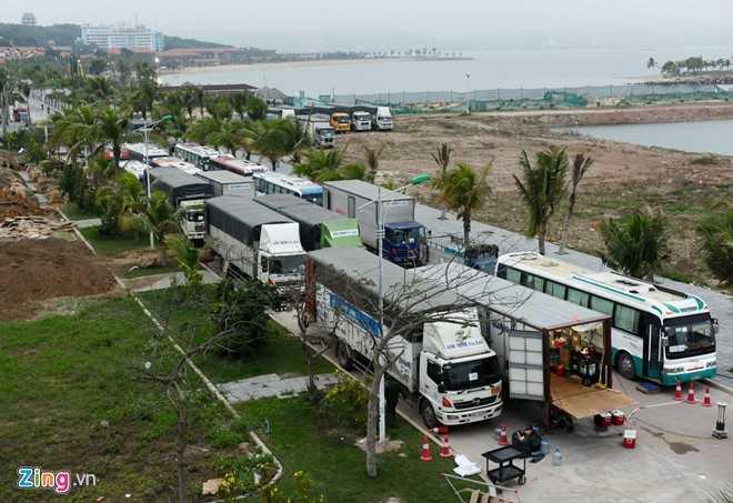 Khoảng 20 xe tải, xe khách của đoàn phim tập hợp trong khu vực cảng quốc tế Tuần Châu.