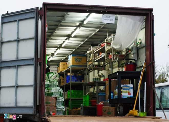 Chiếc xe container được đặt bếp nấu ăn, phục vụ cho đoàn.