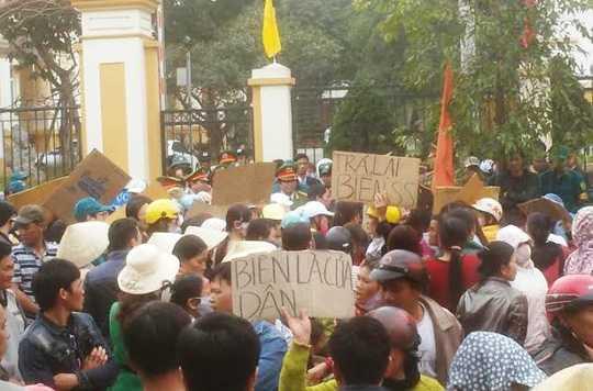 Dân Sầm Sơn tập trung đòi biển - Ảnh: Người lao động