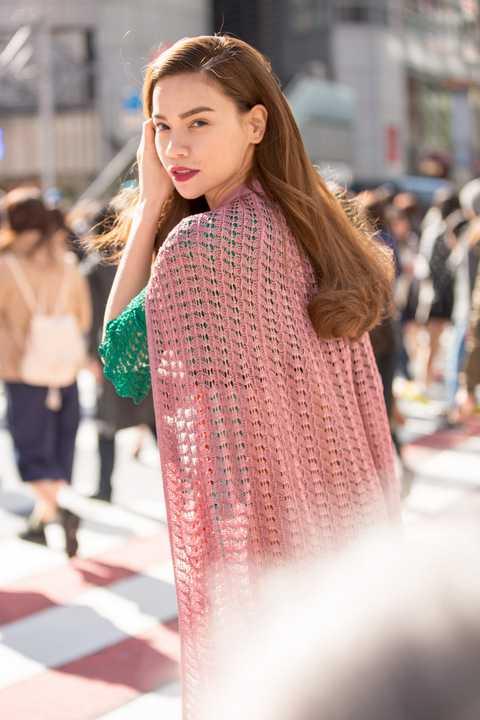 Với cách trang điểm nhẹ nhàng không cầu kì và gợn sóng buông nhẹ tự nhiên, giọng ca What is love đã được bạn thân ghi lại những khoảnh khắc của mình giữa khung cảnh đừờng phố Tokyo. Trong bộ ảnh thời trang mới nhất, nữ ca sỹ diện 3 bộ trang phục với các phong cách khác nhau.
