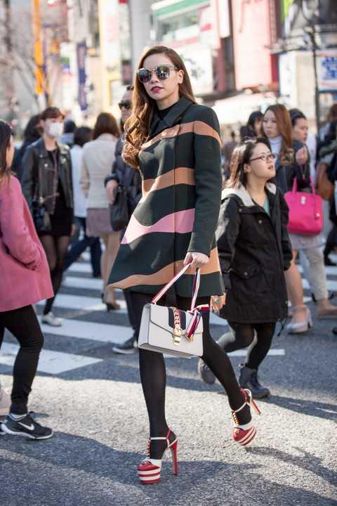 Cô trông rất ngọt ngào, nữ tính và quyến rũ với kiểu váy có áo khoác ngoài dài đa sắc mới nhất của thương hiệu Gucci. Hà Hồ càng trở nên quyến rũ khi kết hợp với giày ton sur ton cũng cùng thương hiệu.