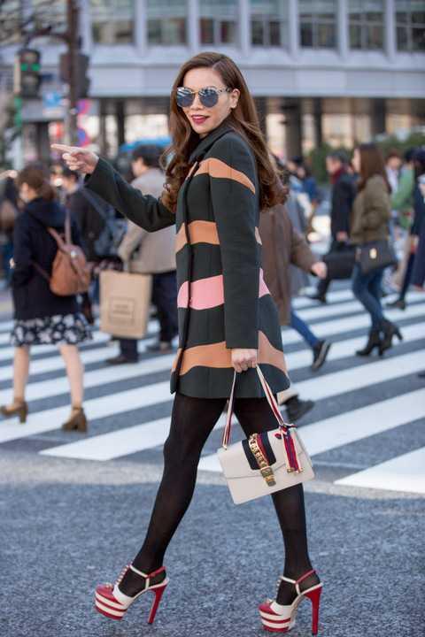 Bên cạnh hai bộ trang phục trên, bộ váy ngắn phong cách mạnh mẽ, ứng dụng của Dior mang đến sự tươi trẻ, năng động