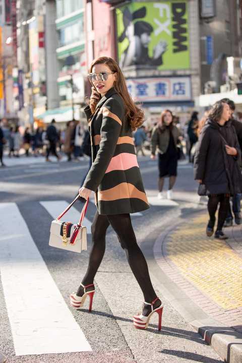 Nữ hoàng giải trí kết hợp trang phục với giày và túi của thương hiệu Gucci.