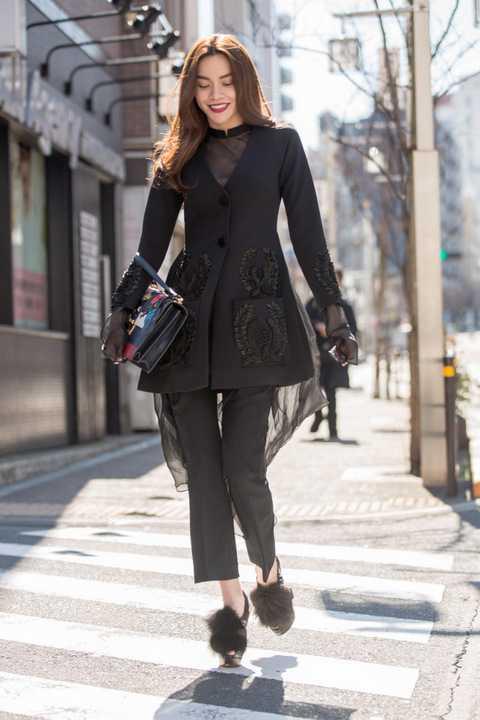 """Thanh lịch và sang trọng với bộ cánh màu đen chất liệu Lãnh Mỹ A nằm trong BTS """"Lúa"""" mới nhất mà NTK Công Trí vừa mới trình làng tại Tokyo Fashion Week, Hà Hồ kết hợp cùng túi Gucci và giày đế đỏ thời thượng tạo nên một phong cách đẳng cấp"""