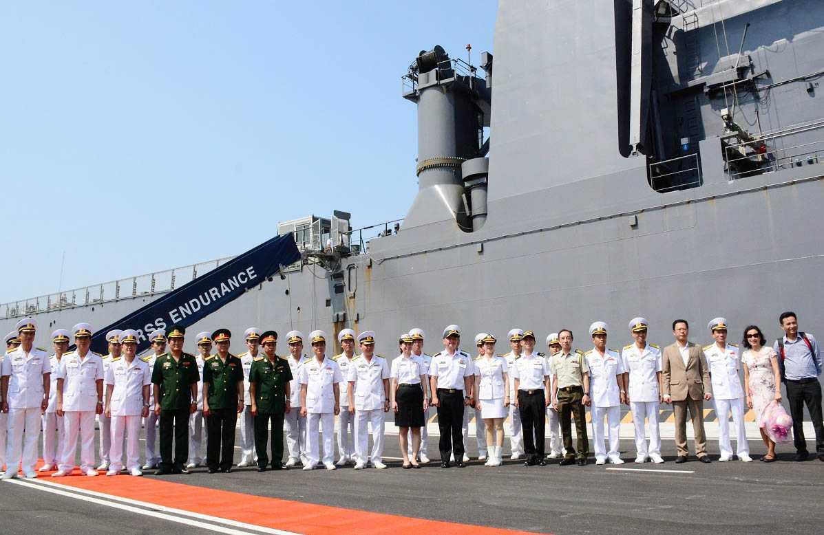 Lãnh đạo Cảng Quốc tế Cam Ranh và chỉ huy tàu tàu RSS ENDURANCE chụp ảnh lưu niệm