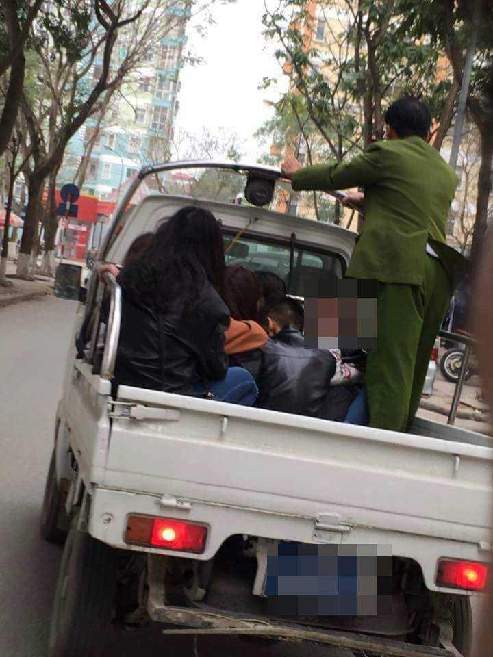 Các học sinh được đưa về trụ sở công an làm việc