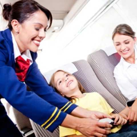 """Tiếp viên hàng không. Thu nhập khủng, được đi du lịch và được đi máy bay thường xuyên là những thuận lợi lớn đối với tiếp viên hàng không. Tuy nhiên, họ cũng phải đánh đổi rất nhiều với các chuyến bay xa nhà. Đó là thời gian hạn chế, thời gian làm việc căng thẳng cũng như sự """"tàn phá"""" sức khỏe của những ngày lơ lửng trên không trung."""