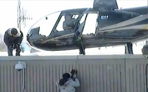 Chiếc trực thăng đáp thẳng lên sân tập thể dục
