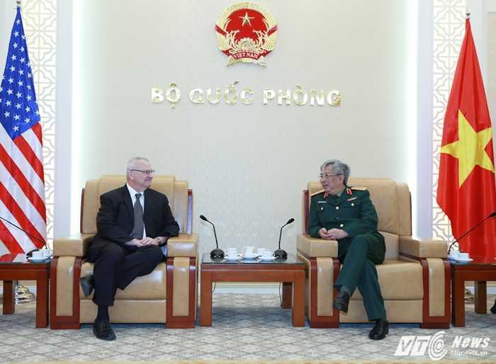 Thượng tướng Nguyễn Chí Vịnh tiếp ông Michael Walter Michalak - Ảnh: Hồng Pha