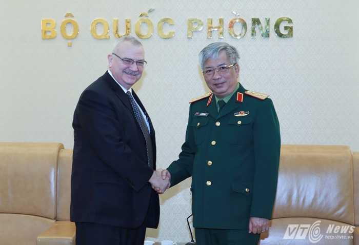 Thượng tướng Nguyễn Chí Vịnh và ông Michael Walter Michalak - Ảnh: Hồng Pha
