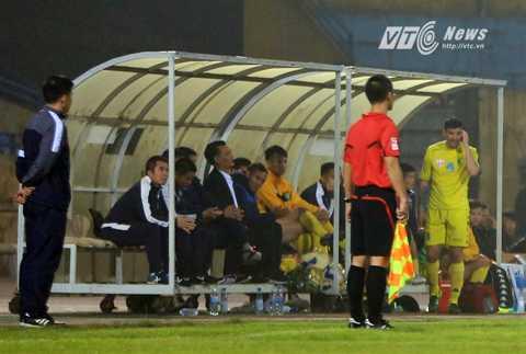 HLV Phạm Minh Đức vẫn ngồi trên băng ghế huấn luyện của Hà Nội T&T tối qua (Ảnh: Phạm Thành)