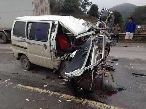 Chiếc xe con bị hư hỏng nặng Ảnh: otofun
