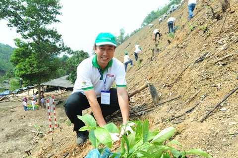 Ông Minoru Kato - Tổng Giám đốc Honda Việt Nam tham gia trồng cây thuộc dự án trồng rừng sản xuất tại thị xã Bắc Kạn giai đoạn 2013-2023