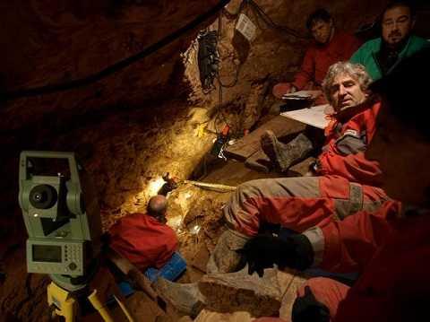 Giáo sư Juan Luis Arsuaga (bên phải) cùng với nhóm nghiên cứu trong quá trình khai quật hang Sima de los Huesos