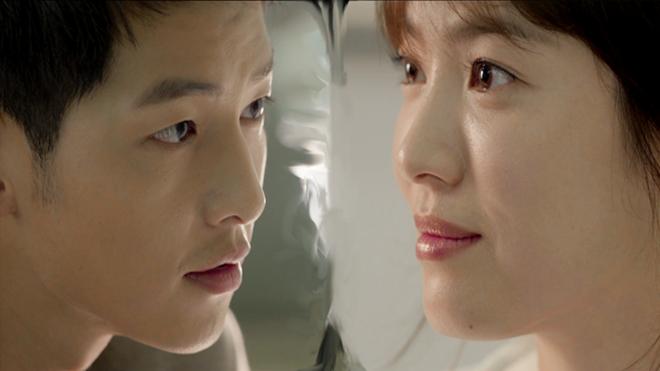 Song Hye Kyo – nữ chính đảm nhận vai bác sĩ tâm huyết Kang Mo Yeon, yêu thích nhất chi tiết ở tập đầu tiên sau khi lên sóng trở thành một trong những phân cảnh được khán giả bàn tán. Đó là khi nhân vật đại úy Yoo Shi Jin của Song Joong Ki và Kang Mo Yeon trò chuyện lấp lửng về tình trạng độc thân của họ trong phòng khám.