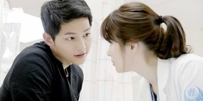 """""""Nếu phải chọn câu thoại thì đó sẽ là 'Là bác sĩ chắc hẳn khó mà hẹn hò vì rất bận rộn'"""" – Song Hye Kyo nói. Kiều nữ mặt mộc tiết lộ hậu trường ở cảnh quay này: """"Khi quay, chúng tôi đều nổi da gà. Nhưng đó thực sự là đoạn hội thoại thể hiện được tính cách 2 nhân vật""""."""