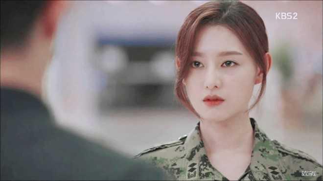 Nữ diễn viên Kim Ji Won đang là tên tuổi được truyền thông Hàn nhắc tới những ngày gần đây. Trong phim, cô đảm nhận nhân vật nữ quân nhân dám yêu dám hận. Cô có mối tình trắc trở với trung sĩ Seo Dae Young do tài tử Jin Goo thủ vai.
