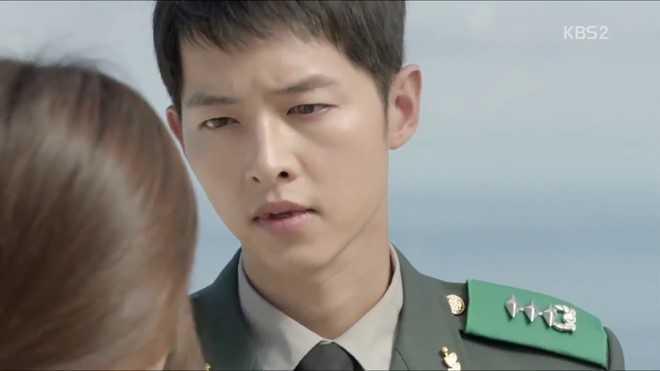 """Mỹ nam của phim – Song Joong Ki chọn phân cảnh không mấy lãng mạn là chi tiết yêu thích của anh. Đó là khi Kang Mo Yeon hỏi han về công việc của Yoo Shi Jin và được anh trả lời khá nặng lời: """"Bác sĩ Kang, đừng nhắc đến nữa""""."""