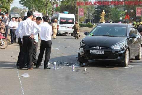 Chiếc ô tô gây tai nạn của nhân viên Ngân hàngAgribank Buôn Hồ tại hiện trường Ảnh:Thanh Hải