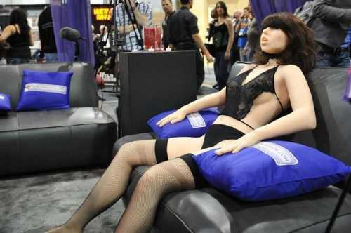 Mô hình robot tình dục được hãng RealDoll quảng cáo.