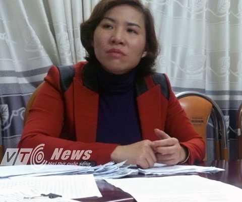 Bà Lê Thị Thu Thủy - Hiệu trưởng nhà trường cung cấp các tài liệu, chứng cứ về những sai phạm của bà Quý