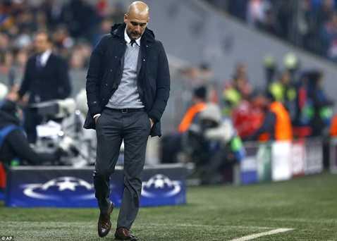 Guardiola bồn chồn ngoài đường pitch