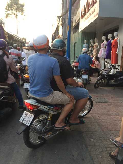 Nhiều xe máy leo lên lề đường, vỉa hè. Ảnh: Thanh Qúy