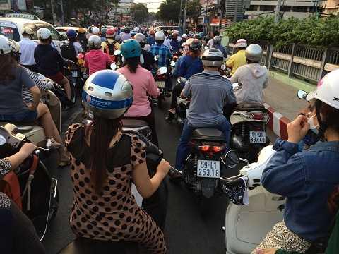 Dòng người đông đúc, kéo dài hàng cây số dừng ngay trên cầu Lê Văn Sỹ, quận 3. Ảnh: Thanh Qúy
