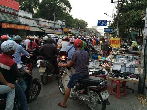 Tuyến đường một chiều Nguyễn Kiệm (nối quận Phú Nhuận và quận Gò Vấp) kẹt cứng do nhóm buôn bán hàng