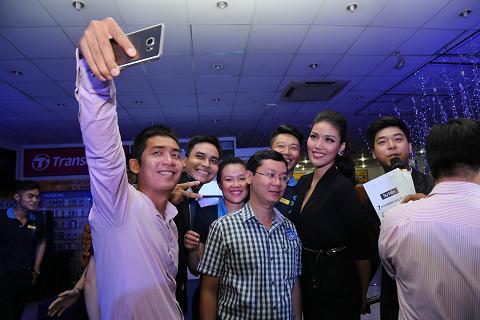 Lan khuê thân thiện selfie cùng các khách hàng đầu tiên sở hữu siêu phẩm.