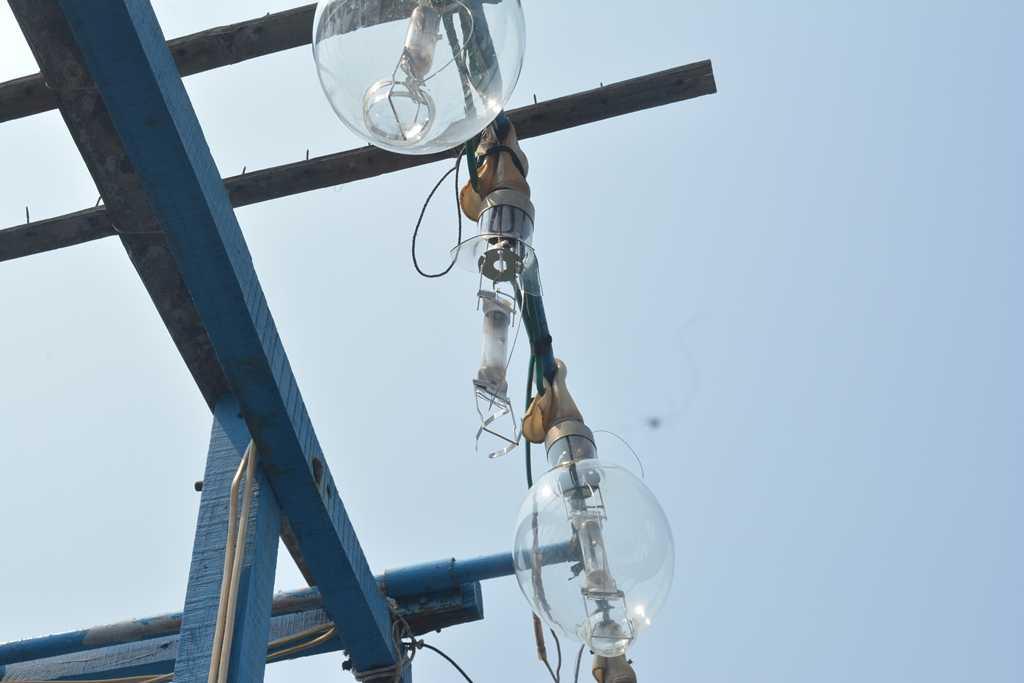 Bóng đèn tàu cá QNa 91865 TScủa ngư dân Quảng Nam bị băn vỡ  (Ảnh: Hồng Anh)