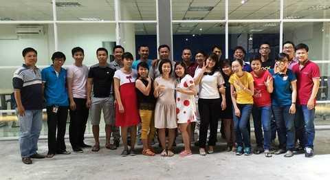 Anh Nguyễn Hải Dương – thứ 4 từ trái sang – và các nhân viên của LEX