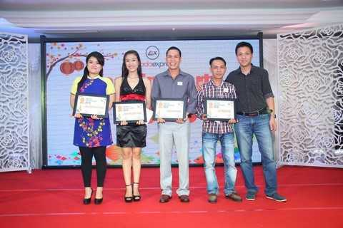 Anh Nguyễn Hải Dương ( ngoài cùng – bên phải) trong lễ trao giải nhân viên Lazada xuất sắc 2015