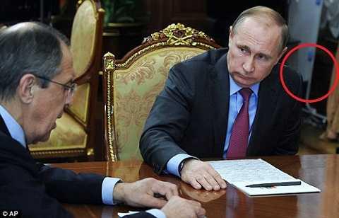 Nhiều người cho rằng Tổng thống Putin mang bàn ủi đến văn phòng để tranh thủ là quần áo