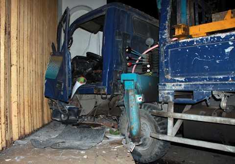 Xe tải cẩu đâm thẳng vào nhà dân.